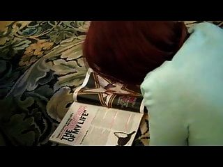 독서하는 동안 엄마는 아들에게 뜨거운 코디를 준다.