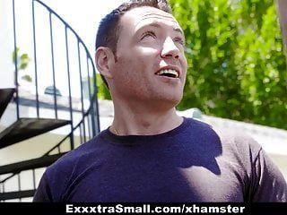 exxxtrasmall 흥분한 베이비는 목수에게서 dp를 얻습니다.
