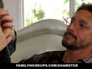 familyhookups 십대는 삼촌에 의해 젖꼭지를 얻습니다