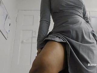 milf hornylily는 그녀의 큰 엉덩이와 pees pov를 보여줍니다.