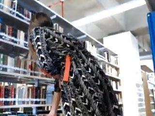 블론디는 그녀의 섹시한 몸매를 도서관에 보여줍니다.