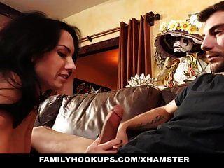 familyhookups 의붓 아버지는 유혹에 빠져 유혹을당했습니다.