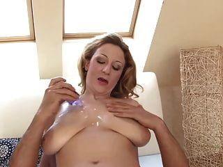 큰 가슴을 지닌 유부녀가 그 하드 수탉을 사용합니다.