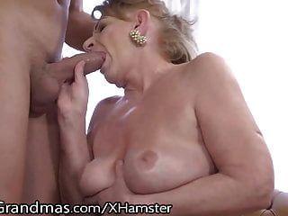 성숙한 그녀의 젖꼭지 빨려과 젊은 거시기 주입!