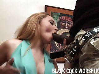 너의 wifes 음부를 위반하는 그의 큰 검은 수탉을 지켜라.