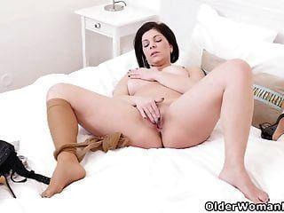 유로 milf 니콜을 벗고 그녀의 핑크색 구멍을 문지른다.