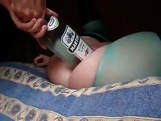 뜨거운 아내는 남편이 큰 병을 넣고 주먹을 쥐게했다.