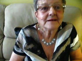 80 세 할머니의 갈라진 틈