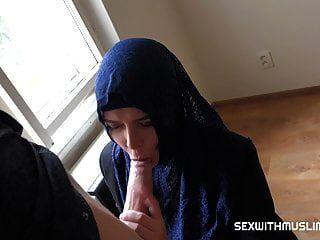 부유 한 무슬림 여성 nikky 꿈은 prag에 아파트를 사고 싶어한다.