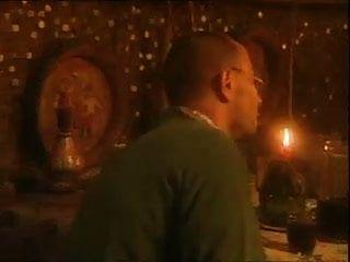 그의 여자 친구는 술집에서 저녁 식사를하기 위해 정자를 먹는다.